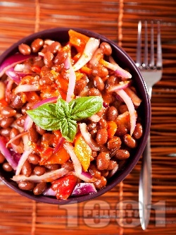 Смолянска салата с червен (кафяв) боб, печени чушки и червен лук - снимка на рецептата